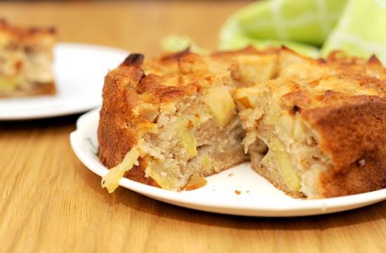 Шарлотка с яблоками на кефире - печем в мультиварке 3